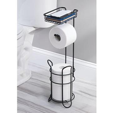 mDesign Toilettenpapierhalter – eleganter Papierrollenhalter aus Metall – WC-Rollen-Halter mit Regal – praktische Aufbewahrung fürs Badezimmer – mattschwarz - 2