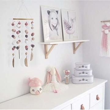 mobile mit filzb llen und federornamenten zum aufh ngen ber dem kinderbett dekoideen online. Black Bedroom Furniture Sets. Home Design Ideas
