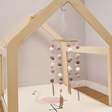 Mobile mit Filzbällen und Federornamenten, zum Aufhängen über dem Kinderbett. - 4