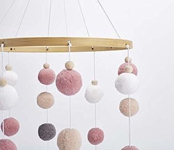 Mobile mit Filzbällen und Federornamenten, zum Aufhängen über dem Kinderbett. - 5